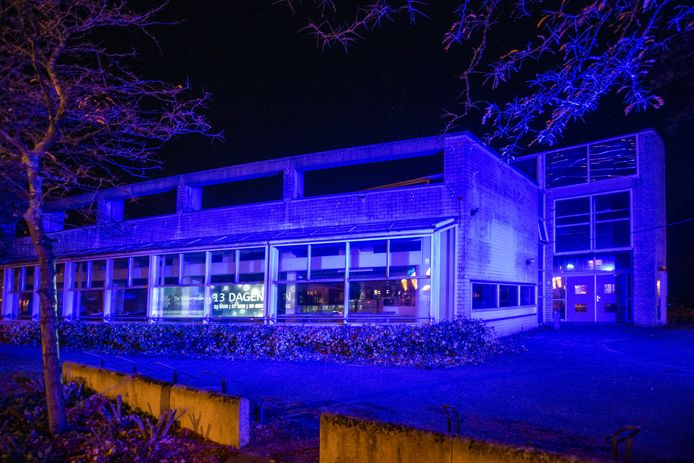 Voor de verkoop van de appartementen waarvoor het gebouw plaatsmaakt, is het CODA-pand in Ugchelen aan het eind van de dag blauw uitgelicht.