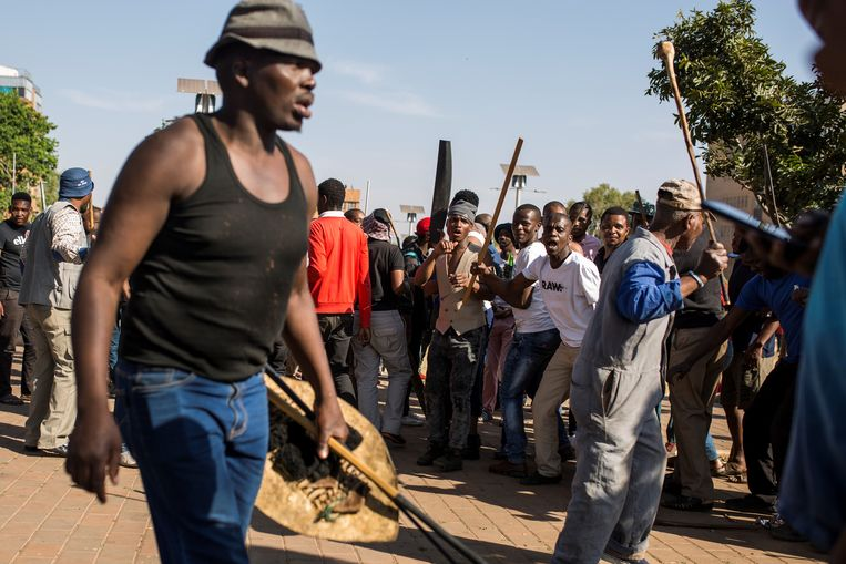Jeppestown: bewoners van een hostel voor trekarbeiders uit Zululand maken zich dinsdag op voor acties tegen immigranten in de buurt.   Beeld AFP