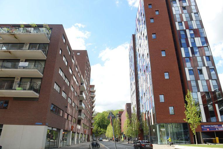 Vermoedelijk werd vanuit studentenresidentie Waterview (rechts op de foto) geschoten op het appartementsgebouw (links).
