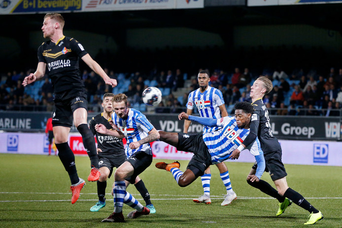 Op de achtergrond ziet Elisha Sam hoe zijn teamgenoten Siebe Van der Heyden (l) en Collin Seedorf oorlog maken in de zestien.
