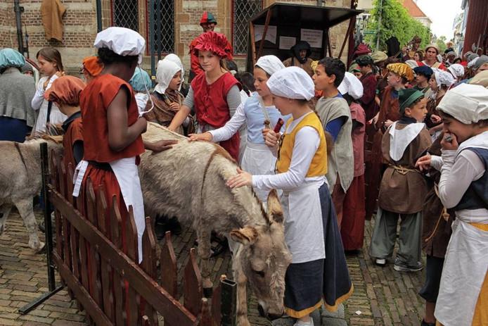 Loslopende dieren, zo gaat dat op een middeleeuwse jaarmarkt. foto Chris van Klinken/pix4profs