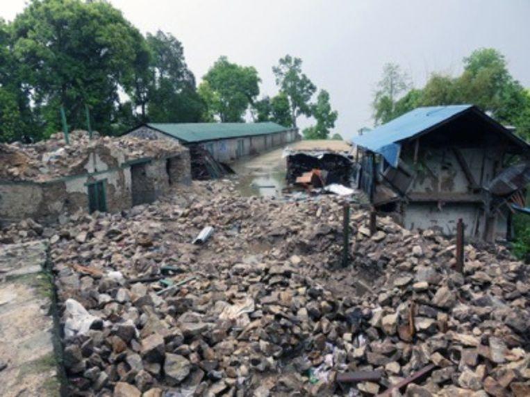 Het verwoeste schooltje in Seduwa.