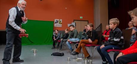 Verhalenverteller Luc Remers laat kinderen tijdreizen in de bieb van Beneden-Leeuwen