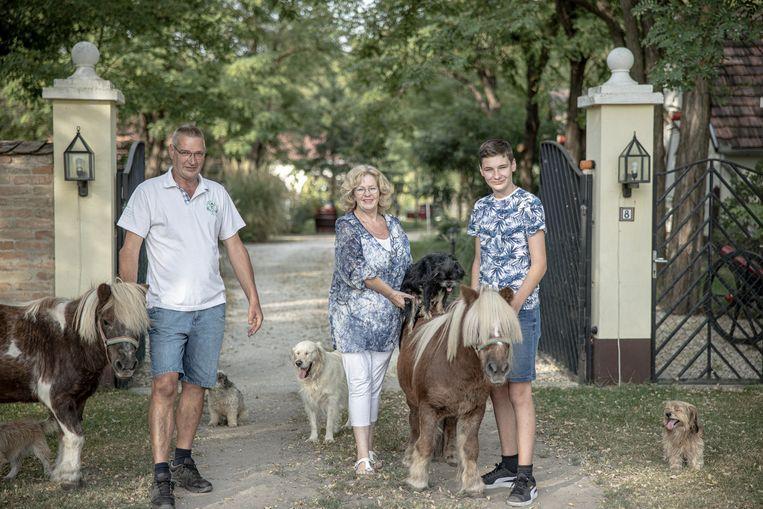 Jacqueline Bastiaense en haar familie poseren voor een portret bij hun boerderij in Csemö. Beeld Akos Stiller