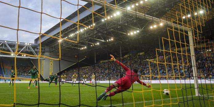 Vitesse-doelman Eloy Room krijgt een strafschop van Danny Hoesen van FC Groningen om zijn oren