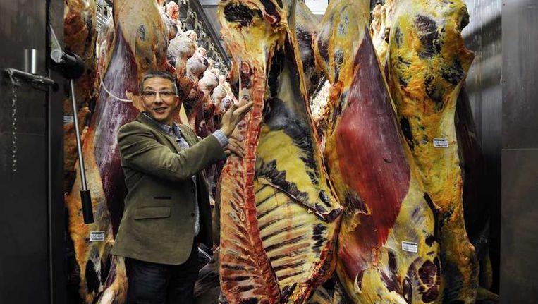 Kwaliteitsmanager Arjen de Ruiter van slachthuis Van Hattem Vlees laat de slachterij in bij de hoofdlocatie in het Gelderse Dodewaard zien. De Nederlandse Voedsel- en Warenautoriteit heeft ruim 690 ton rundvlees van het bedrijf laten blokkeren omdat er mogelijk paardenvlees in is verwerkt. Beeld anp