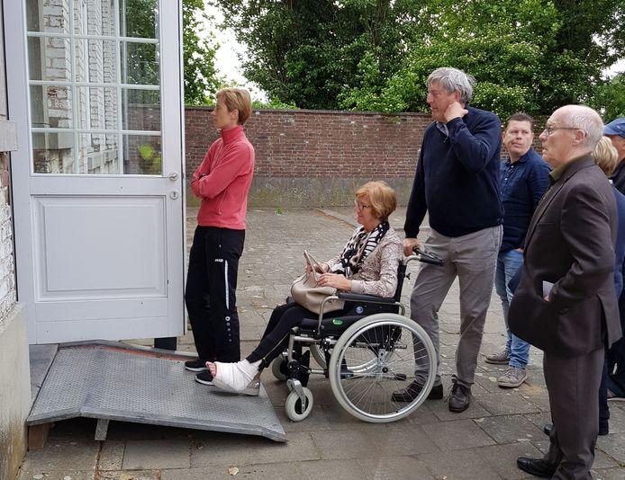 In Kumtich werd een hellend vlak geplaatst zodat rolstoelgebruikers makkelijk binnen konden.
