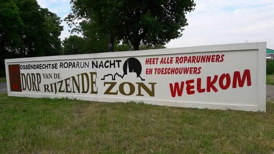 Vanaf café Puts Meuleke worden de duizenden lopers van de Roparun welkom geheten in Ossendrecht, het Dorp van de Rijzende Zon.