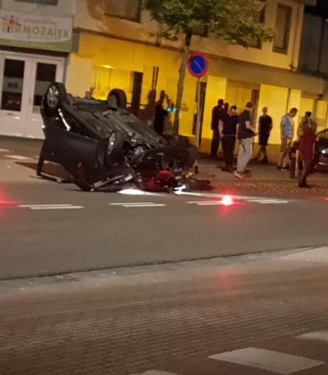 Auto op de kop op Oldenzaalsestraat in Hengelo