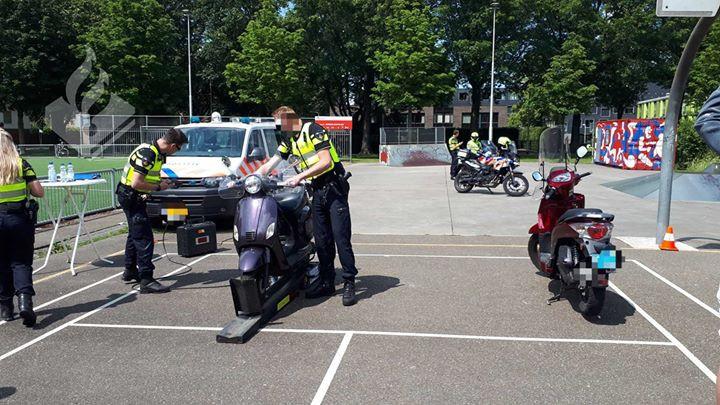 De scootercontrole in Oud-Zuid in Tilburg.
