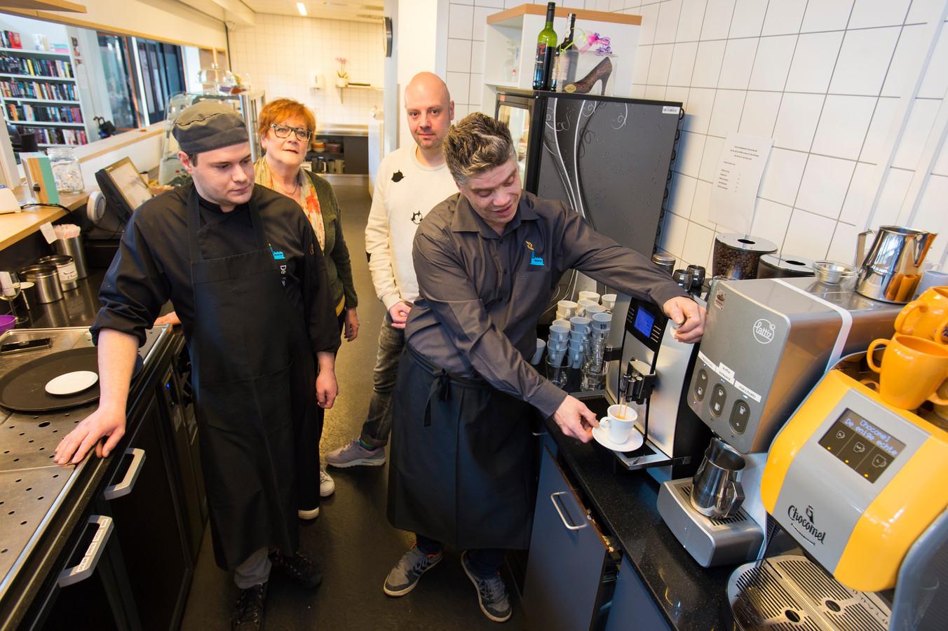 De Kansenfabriek in Waalwijk. Op de achtergrond de begeleiders Rikie Steenlage en Nils Roksnoer;
