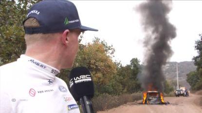 Buitengewone beelden in de Rally van Mexico: Fin rijdt verder met brandende wagen, moet dan toch stoppen en ziet bij interview auto volledig uitbranden