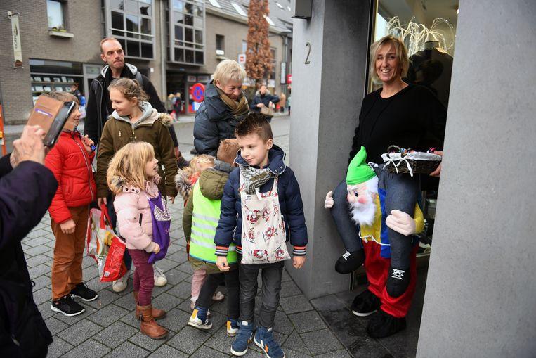 Kinderen die koeken zingen overheersen het straatbeeld in Tremelo. De kinderen wisten kledijzaak Van Dessel goed liggen om er snoep bij elkaar te zingen.