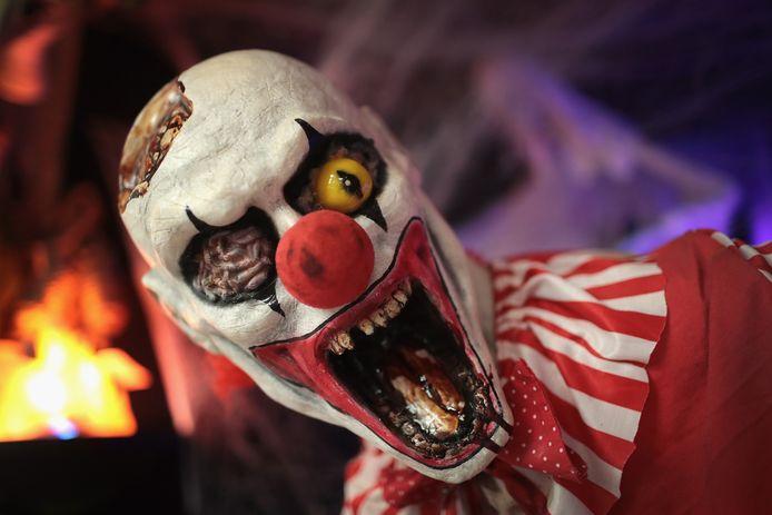 Het duo verkleedde zich als enge clown om passanten schrik aan te jagen.
