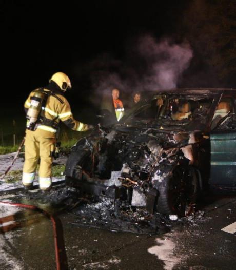 Vader en zoon zien geleende Range Rover in Haaren volledig in vlammen opgaan