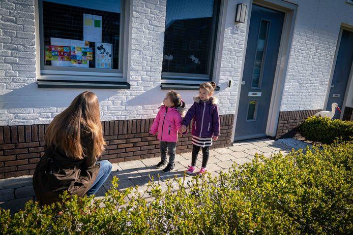 In Huissen moesten kinderen hun huiswerk woensdag tegen het raam plakken. Zodat juf Marjolein het al fietsend kon komen controleren. Het bleek een geslaagde 1 aprilgrap.