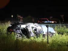 Bestuurder zwaargewond na lancering over vangrail in Veenendaal