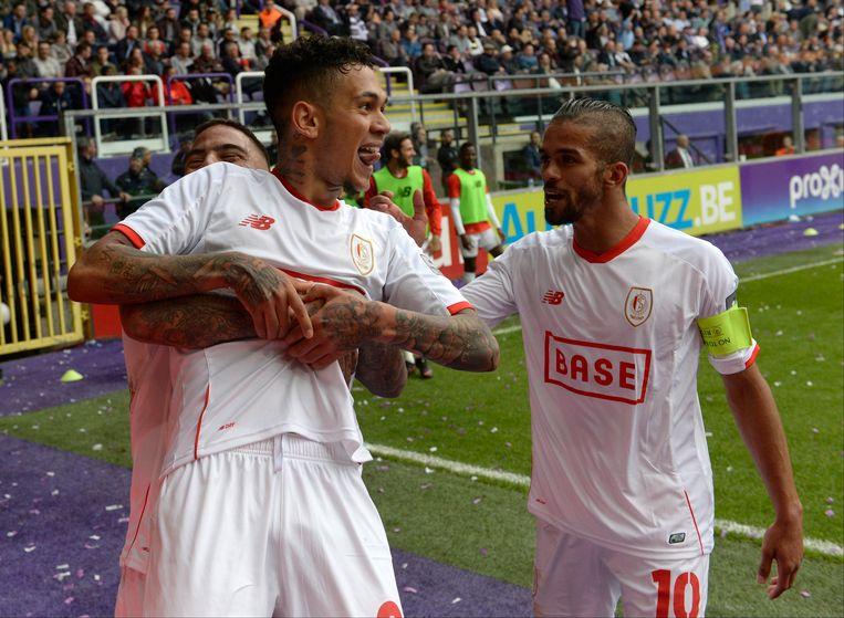 Edmilson heeft net gescoord op Anderlecht, Carcela feliciteert.