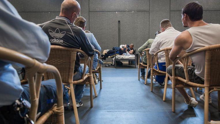 Bewaakster (Birgit Schuurman) wordt overweldigd door gedetineerde Wesley (Poal Cairo), hier tijdens de voorstelling in de gevangenis van Almere Beeld Dingena Mol