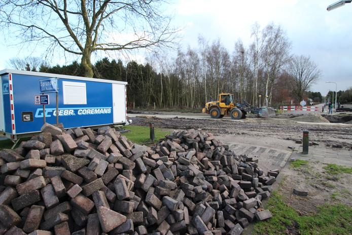 """Doordat de aanleg van de Vosdonkseweg ruim op tijd klaar was heeft de gemeente Rucphen 2,2 miljoen overgehouden. Maar daar kopen omwonenden niks voor, zeiden ze tijdens de hoorzitting. ,,Er is geen geluidwerend asfalt gebruikt en de geluidswallen zijn te smal."""""""