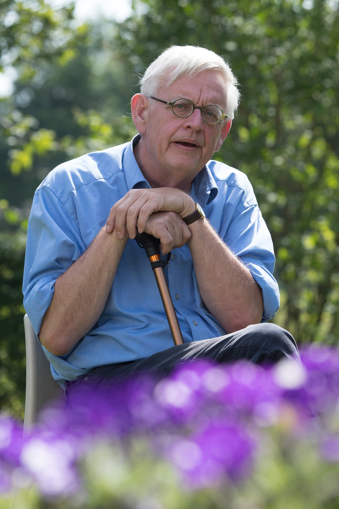 Willem Bol in de tuin van zijn woning op een vakantiepark in Heino