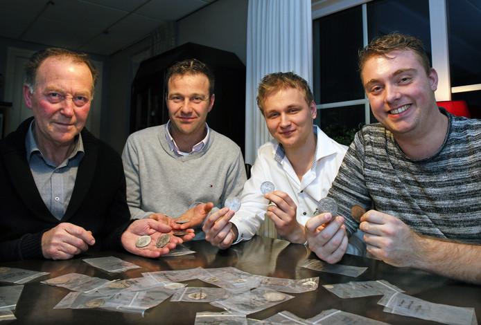 Links de landeigenaren, Jacob Visscher en zoon Harm. Rechts de vinders van de zilveren munten, Ian Veerman en Edwin Hoeve.