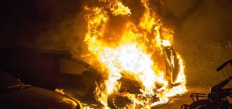 Auto en schuur Helmond branden uit