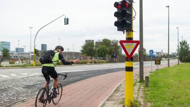 """Eerste 'rechtdoor door rood'-bord in stad Antwerpen: """"Hopen op nog meer van zulke borden"""""""