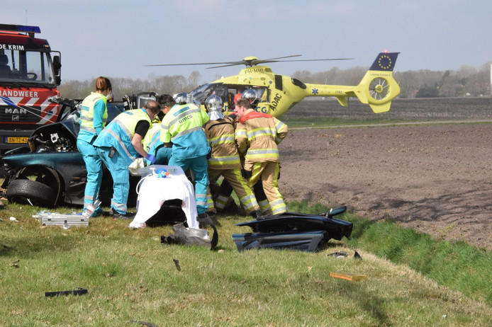 Ook de traumahelikopter werd ingezet. Van de auto is weinig over.
