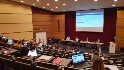 Gemeenteraad in auditorium van AC Auris met beperkte plaatsen voor pers en publiek