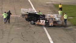 VIDEO: Racewagens schuiven van de baan en dan breekt de hel los