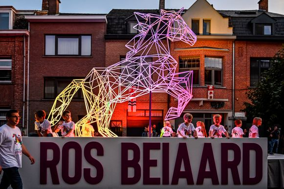 Een indrukwekkende metalen constructie bracht het logo van de Ros Beiaardcampagne in 3D.