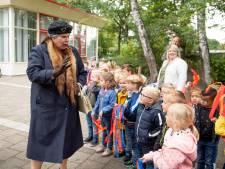 'Koningin' reikt lespakket uit aan Marijkeschool in Nijverdal