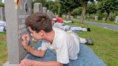 Leerlingen VTI restaureren graven oud-strijders