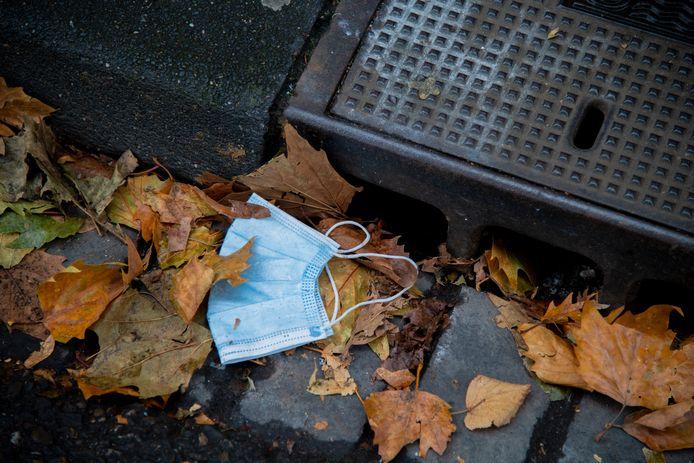 Overal zie je ze liggen. Op straat, in vuilnisbakken, op bankjes in het park, hangend aan een hek: afgedankte mondkapjes.