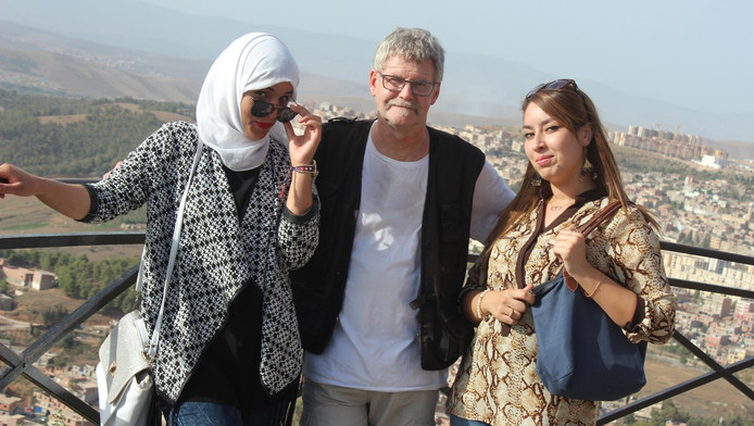 Henk Vinke omarmt twee Algerijnse dames.