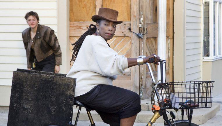 Een vrouw op de fiets in de in opkomst zijnde wijk Bywater. Beeld Io Cooman