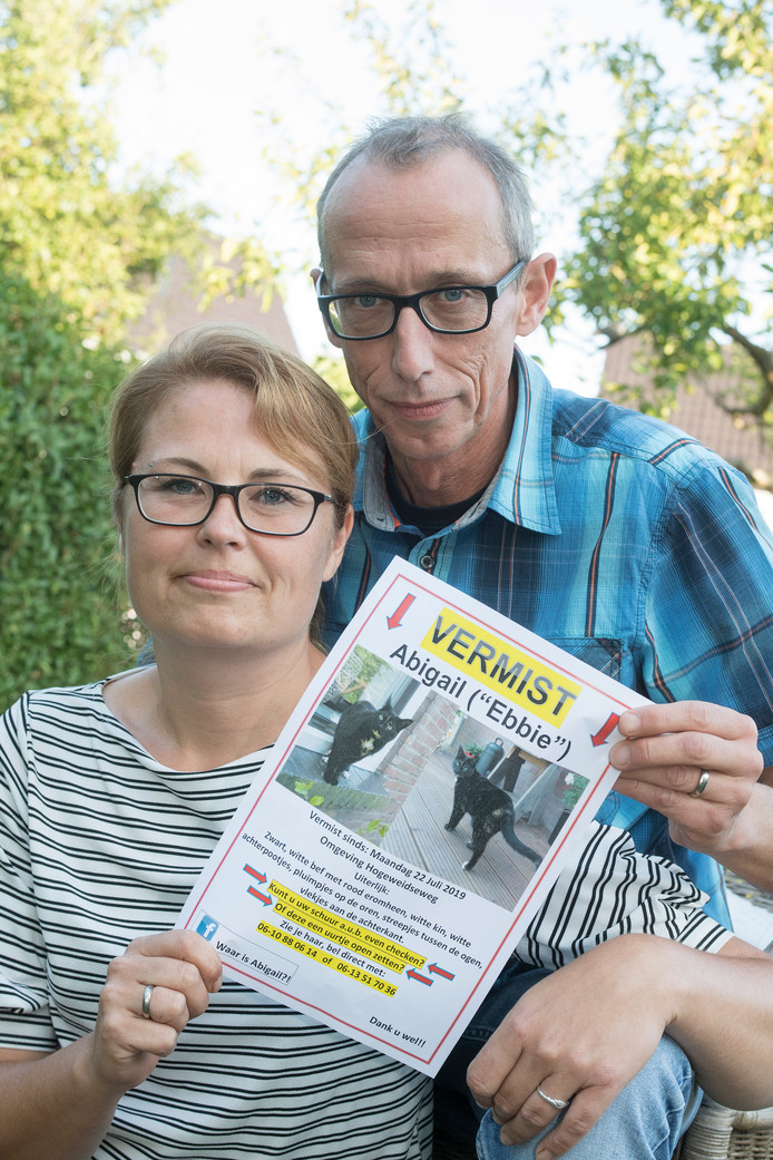 Eigenaren Marleen en Pieter van IJzendoorn met een vermissingsflyer. Toen nog niet wetend dat Abigail snel weer thuis zou komen.
