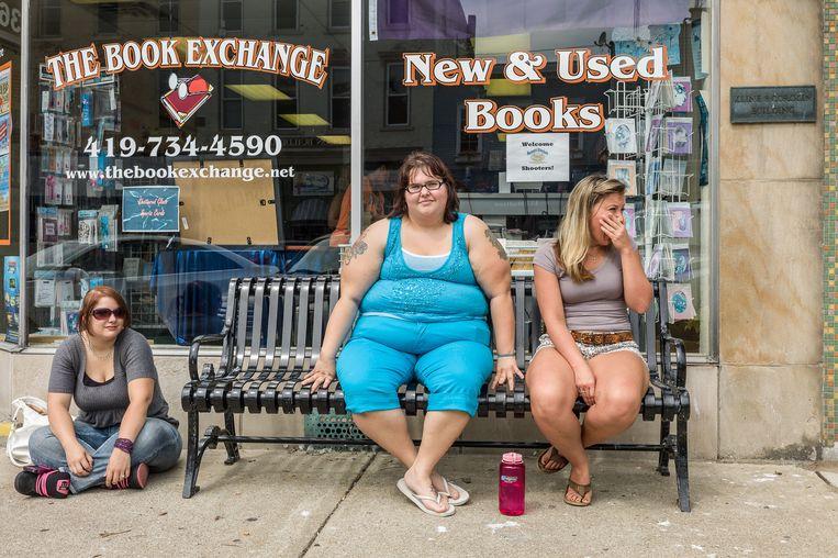 Jongeren in Madison Street in het centrum van Port Clinton, de stad waar Robert Putnam opgroeide en waar zijn boek begint. Beeld Andrew Borowiec