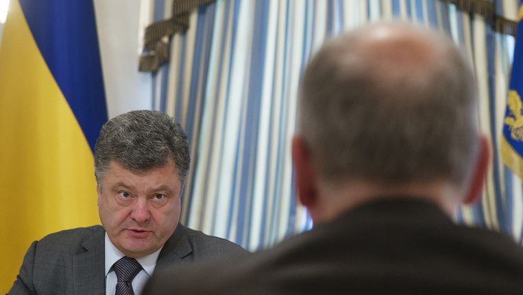 De Oekraïense president Petro Porosjenko in gesprek met Frans Timmermans. Beeld Jerry Lampen / ANP