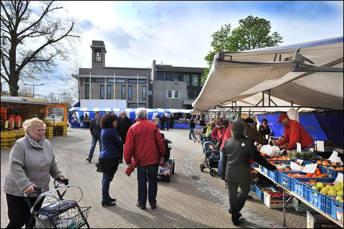 Het gemeentehuis aan het Kerkplein, waar ook de markt wordt gehouden.