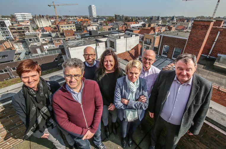 Joke Vanhoorne (provincie), Geert Dewitte, Diter Den Baes, Kelly Detavernier, Elke Vandekerckhove en Tuur Ottevaere op het terras van het dakcafé van het stadhuis, waar de plannen werden voorgesteld.
