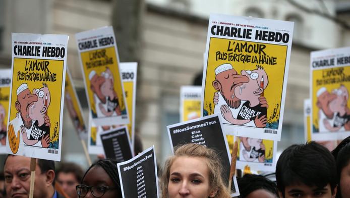 Leerlingen klagen over een poster van het weekblad Charlie Hebdo, die in de school hing. Op de cartoon zoent een moslim met een cartoonist.
