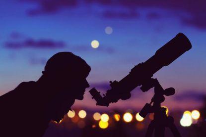 Asielzoekers in Poelkapelle krijgen... telescopen