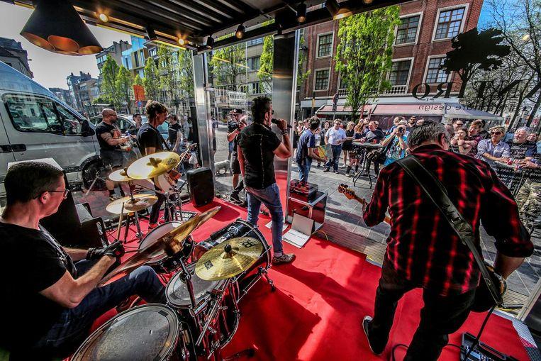 Punkband Definitivos  op een recent optreden op de Grote Markt in Kortrijk