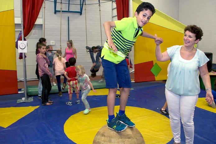 Directeur Nadia Verhoeff en haar school vieren het jubileum met een circusvoorstelling.