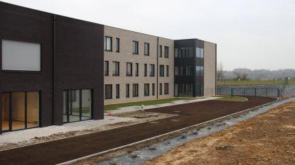 Woonzorgcentrum Haagwinde leidt bezoekers rond in nieuwe vleugel