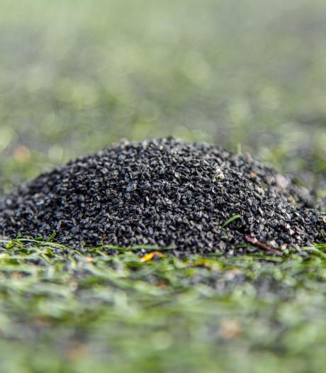 Bom onder kunstgrasvelden? Justitie vervolgt Enschede om rubberkorrels