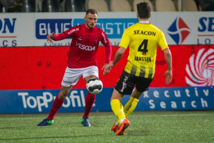 Jordy Thomassen (Helmond Sport) probeert Roel Janssen te passeren.