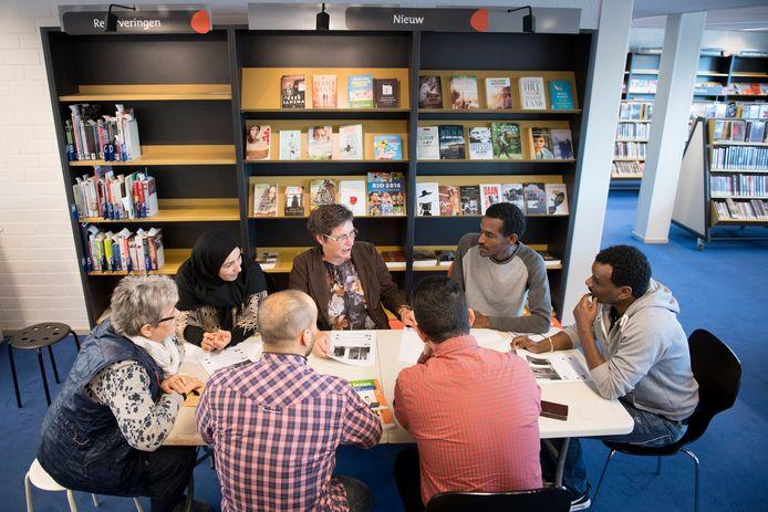 Evenals in Kerkdriel, zoals hier op de foto, is er veel belangstelling voor de wekelijkse taalochtend in de bibliotheek van Hasselt. Met een kop koffie gaan de deelnemers bezig met de Nederlandse taal en leren daarnaast andere culturen en talen kennen.